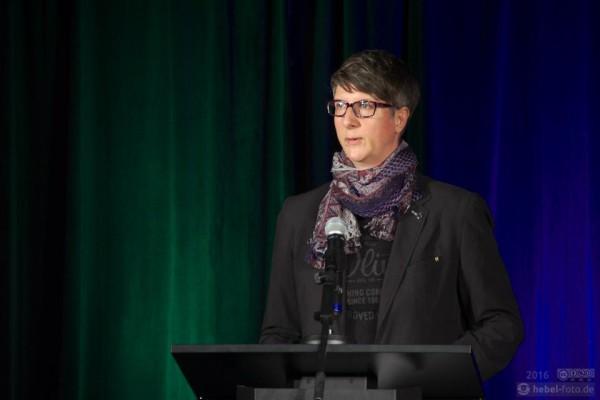 Birgit Sobiech, Mitglied im Vorstand des QNN, begrüßt die Teilnehmenden.