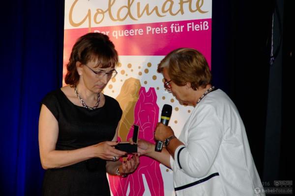 In Stellvertretung für Claudia Keune nimmt Karin Winterstein den Preis entgegen.