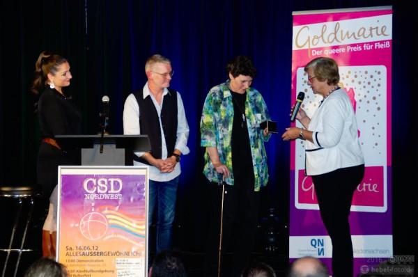 Ira Martens erhält die Goldmarie, von rechts nach links im Bild: Moderatorin Betty la Mingue, Laudator Frederick Schnittker, Ira Martens, Bürgermeisterin Harlfinger.
