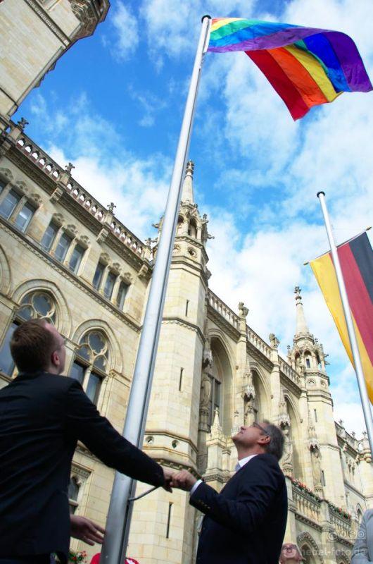 VSE-Vorstand Anton Umland und Oberbürgermeister Ulrich Markuth hiissen die Regenbogenfahne vor dem Braunschweiger Rathaus.